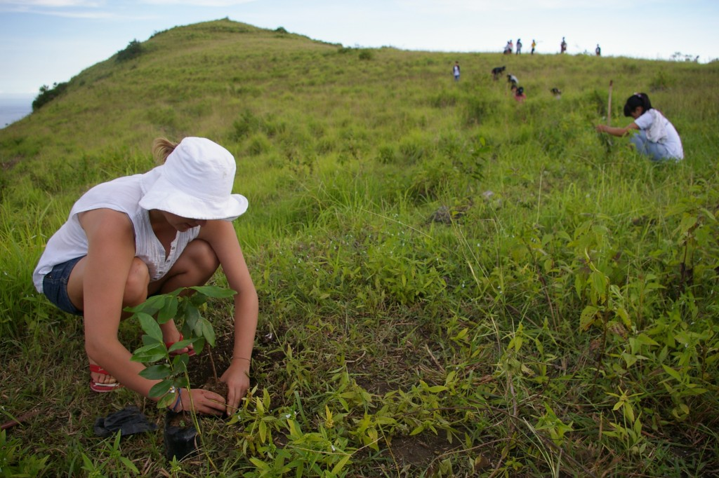 2012-FNPF-Volunteers-and-locals-reforesting-Tanglad-Nusa-Penida-2-1024x682